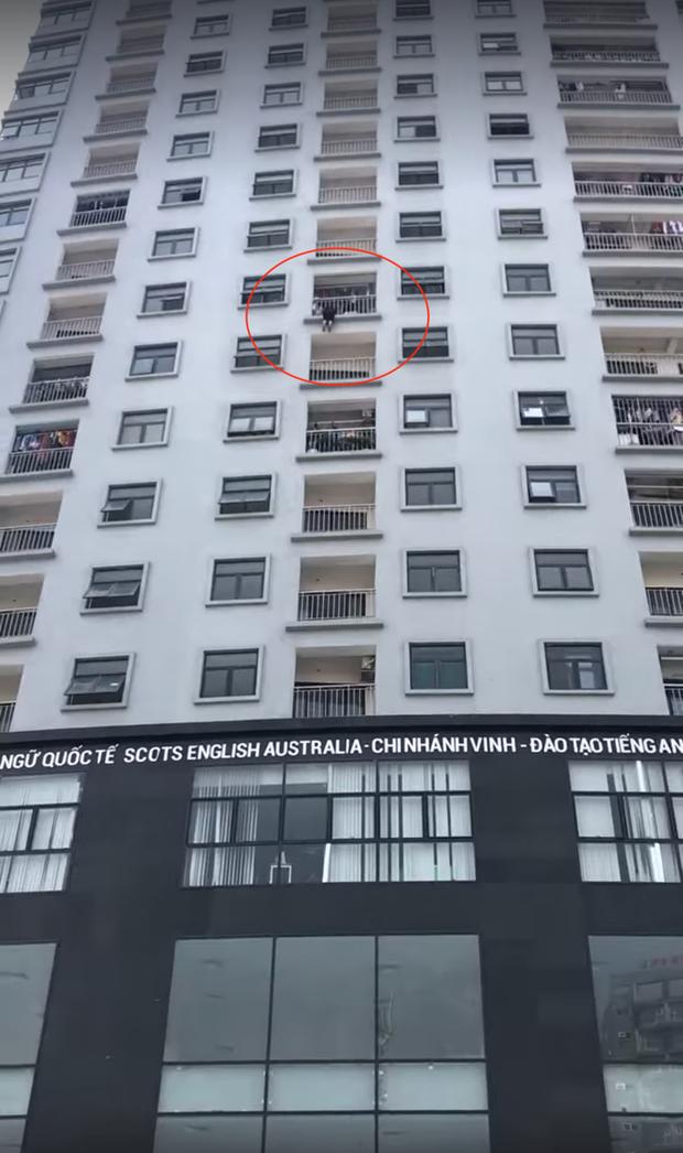 Giải cứu một phụ nữ kẹt ở lan can tầng 10 chung cư vì nhảy lầu tự tử - Ảnh 3.