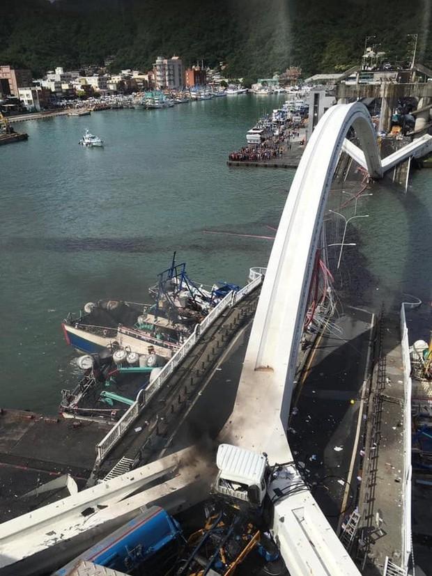 Cầu dây văng 140m ở Đài Loan bất ngờ đổ sập khiến 20 người bị thương, nhiều nạn nhân vẫn mắc kẹt - Ảnh 4.