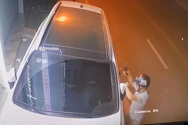 Ngỡ ngàng clip thanh niên chỉ mất 1 giây để bẻ 1 chiếc gương ô tô, tổng thời gian hành sự chưa đầy 9 giây - Ảnh 2.