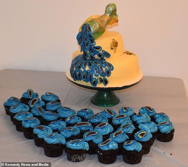 Chịu chi đặt chiếc bánh cưới 7 triệu hình con công sang chảnh, cô dâu khóc cạn nước mắt khi nhận thành phẩm xấu ma chê quỷ hờn - Ảnh 3.