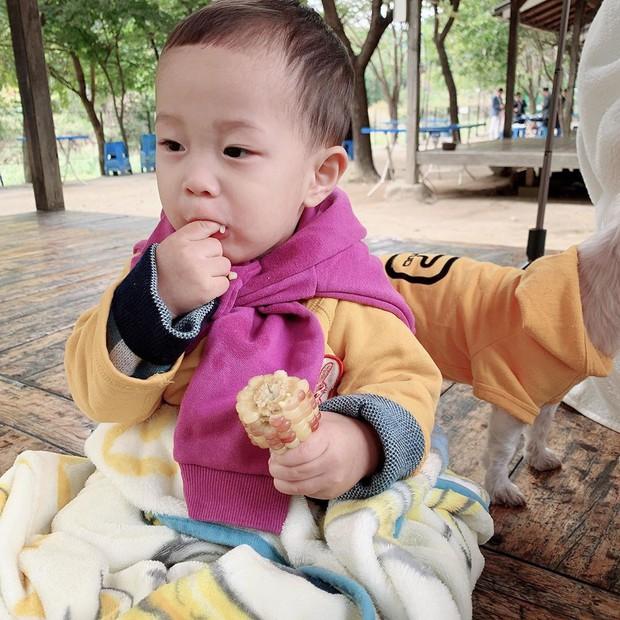 Lộ ảnh cận mặt quý tử đầu lòng của cặp bố mẹ trẻ nhất Kbiz: Còn bé mà đã lộ đủ nét đẹp idol của bố mẹ - Ảnh 3.