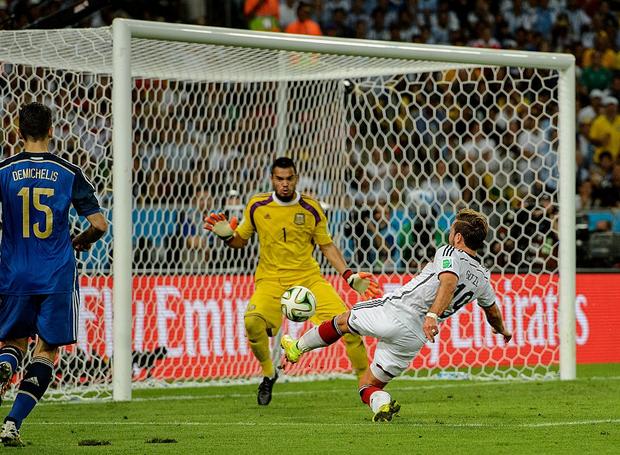 Siêu phẩm của Quang Hải khiến fan bóng đá liên tưởng đến bàn thắng mang về cúp vàng World Cup 2014 cho tuyển Đức - Ảnh 2.