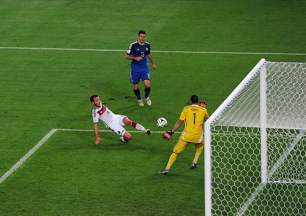 Siêu phẩm của Quang Hải khiến fan bóng đá liên tưởng đến bàn thắng mang về cúp vàng World Cup 2014 cho tuyển Đức - Ảnh 3.