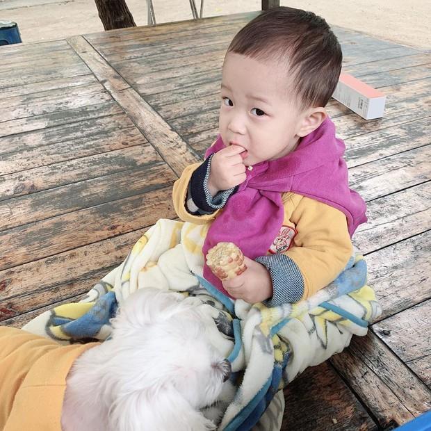 Lộ ảnh cận mặt quý tử đầu lòng của cặp bố mẹ trẻ nhất Kbiz: Còn bé mà đã lộ đủ nét đẹp idol của bố mẹ - Ảnh 4.