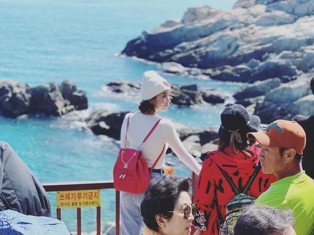 """Đến Ngọc Trinh cũng """"lực bất tòng tâm"""" vì tình trạng quá tải du lịch ở Hàn Quốc, muốn có hình đẹp phải chụp giữa """"biển người""""! - Ảnh 7."""