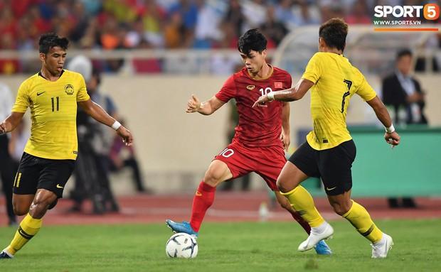 Không thể tiếp tục cái duyên ghi bàn vào lưới Malaysia, Công Phượng vẫn nhận được lời khen từ HLV Park Hang-seo - Ảnh 1.