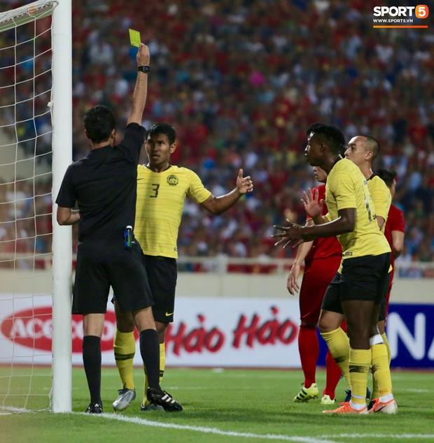 Công Phượng, Văn Lâm hợp sức cản phá bóng ngay trên vạch vôi, fan Việt thót tim trước sức tấn công của Malaysia - Ảnh 5.