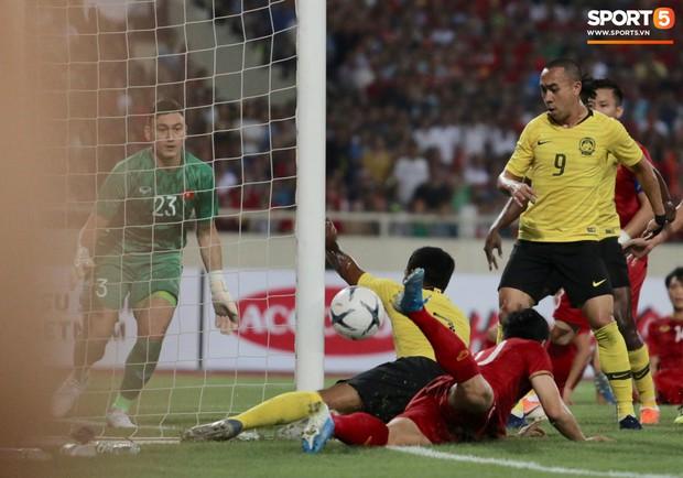 Công Phượng, Văn Lâm hợp sức cản phá bóng ngay trên vạch vôi, fan Việt thót tim trước sức tấn công của Malaysia - Ảnh 4.