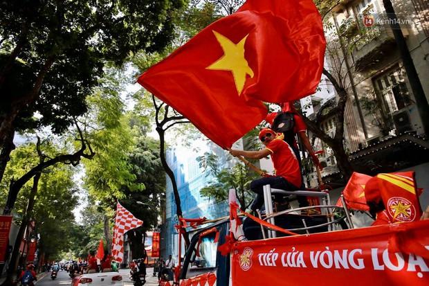 Ảnh: Nhiều giờ trước trận cầu kịch tính Việt Nam gặp Malaysia, hàng trăm cổ động viên đã nhuộm đỏ hàng loạt tuyến đường Hà Nội - Ảnh 1.