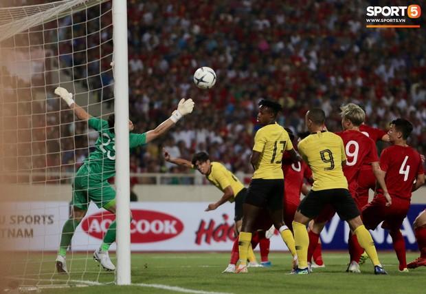 Công Phượng, Văn Lâm hợp sức cản phá bóng ngay trên vạch vôi, fan Việt thót tim trước sức tấn công của Malaysia - Ảnh 2.