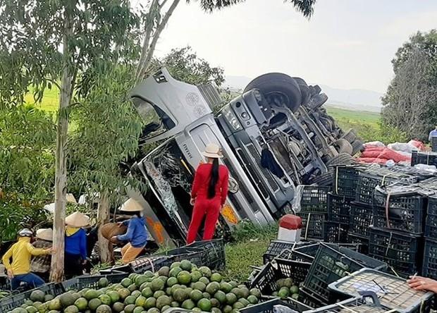Hàng tấn trái cây tràn xuống đường, người dân nhặt giúp tài xế không sót quả nào - Ảnh 2.