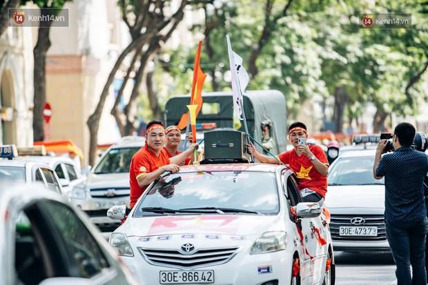 Ảnh: Nhiều giờ trước trận cầu kịch tính Việt Nam gặp Malaysia, hàng trăm cổ động viên đã nhuộm đỏ hàng loạt tuyến đường Hà Nội - Ảnh 9.
