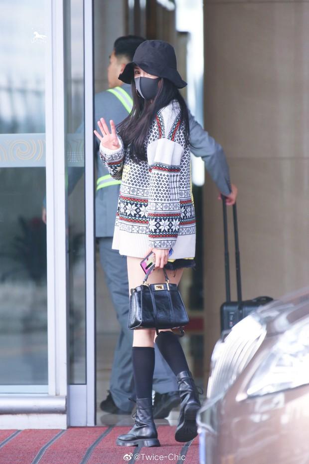 Nữ hoàng sân bay Dương Mịch chiếm trọn spotlight với đôi chân manga siêu đỉnh nhưng bất ngờ gặp sự cố hớ hênh - Ảnh 1.