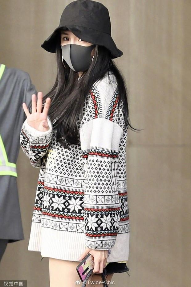 Nữ hoàng sân bay Dương Mịch chiếm trọn spotlight với đôi chân manga siêu đỉnh nhưng bất ngờ gặp sự cố hớ hênh - Ảnh 4.