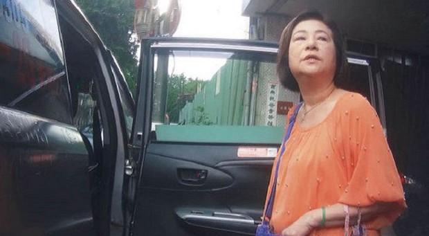 Vụ việc sốc chưa từng có của showbiz Đài Loan: Ca sĩ 92 tuổi bị nhân viên y tế hạ độc, phẫn nộ động cơ của hung thủ - Ảnh 2.