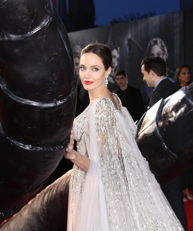 Angelina Jolie lại khiến MXH dậy sóng: Lộng lẫy như bà hoàng, bóng lưng còn lấn át cả công chúa đẹp nhất màn ảnh - Ảnh 4.