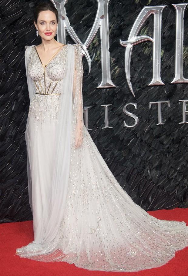 Angelina Jolie lại khiến MXH dậy sóng: Lộng lẫy như bà hoàng, bóng lưng còn lấn át cả công chúa đẹp nhất màn ảnh - Ảnh 2.