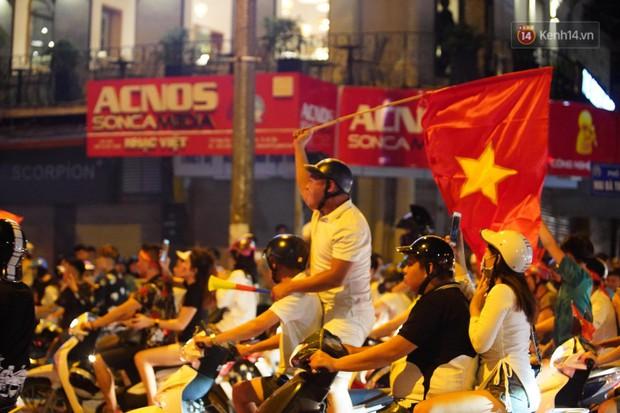 Hàng ngàn CĐV đổ ra đường hò reo, ăn mừng chiến thắng đầu tiên của ĐT Việt Nam tại vòng loại World Cup 2022 - Ảnh 16.