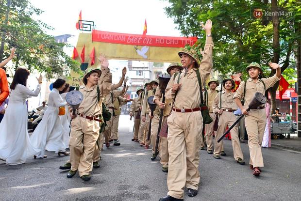 Tái hiện thời khắc đón đoàn quân chiến thắng trở về Hà Nội 65 năm trước - Ảnh 5.