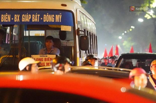 Hàng ngàn CĐV đổ ra đường hò reo, ăn mừng chiến thắng đầu tiên của ĐT Việt Nam tại vòng loại World Cup 2022 - Ảnh 6.