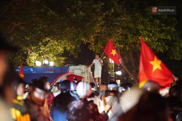 Hàng ngàn CĐV đổ ra đường hò reo, ăn mừng chiến thắng đầu tiên của ĐT Việt Nam tại vòng loại World Cup 2022 - Ảnh 22.