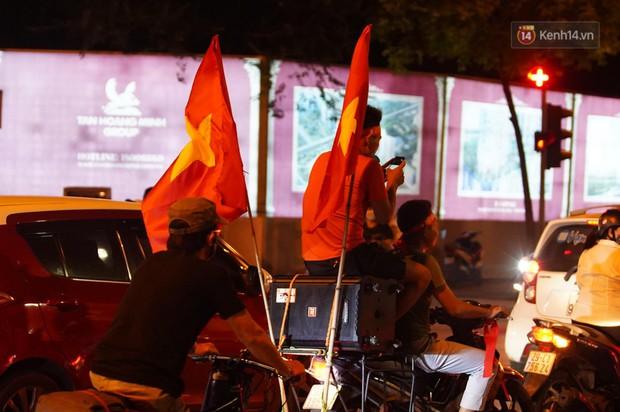 Hàng ngàn CĐV đổ ra đường hò reo, ăn mừng chiến thắng đầu tiên của ĐT Việt Nam tại vòng loại World Cup 2022 - Ảnh 4.