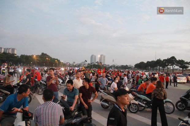 Hàng ngàn CĐV Việt Nam vỡ oà khi Quang Hải sút bóng tung lưới tuyển Malaysia, ấn định tỷ số 1-0 sau trận đấu đầy kịch tính - Ảnh 1.