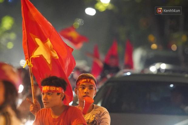 Hàng ngàn CĐV đổ ra đường hò reo, ăn mừng chiến thắng đầu tiên của ĐT Việt Nam tại vòng loại World Cup 2022 - Ảnh 3.