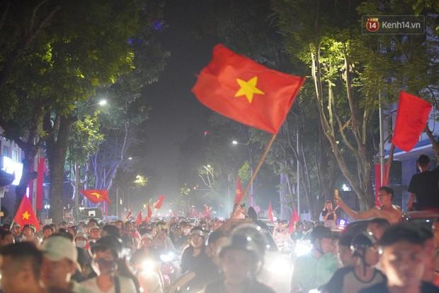 Hàng ngàn CĐV đổ ra đường hò reo, ăn mừng chiến thắng đầu tiên của ĐT Việt Nam tại vòng loại World Cup 2022 - Ảnh 20.
