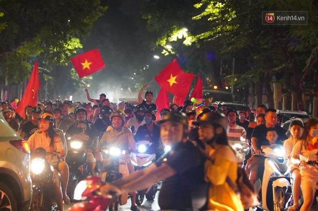 Hàng ngàn CĐV đổ ra đường hò reo, ăn mừng chiến thắng đầu tiên của ĐT Việt Nam tại vòng loại World Cup 2022 - Ảnh 9.