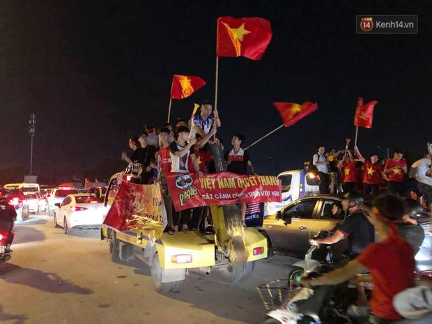 Hàng ngàn CĐV đổ ra đường hò reo, ăn mừng chiến thắng đầu tiên của ĐT Việt Nam tại vòng loại World Cup 2022 - Ảnh 13.