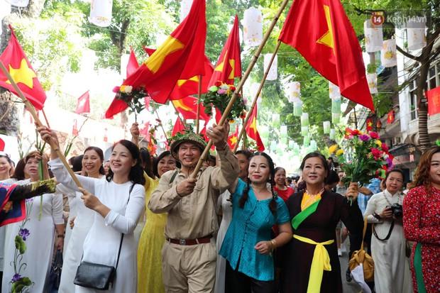 Tái hiện thời khắc đón đoàn quân chiến thắng trở về Hà Nội 65 năm trước - Ảnh 1.