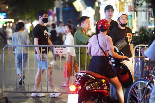 Hàng ngàn CĐV đổ ra đường hò reo, ăn mừng chiến thắng đầu tiên của ĐT Việt Nam tại vòng loại World Cup 2022 - Ảnh 1.