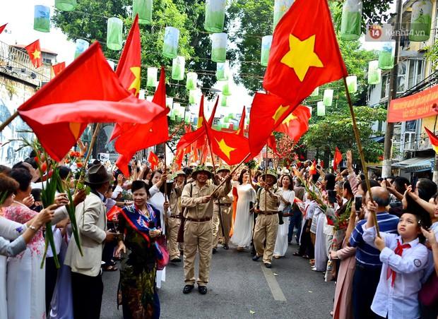 Tái hiện thời khắc đón đoàn quân chiến thắng trở về Hà Nội 65 năm trước - Ảnh 9.