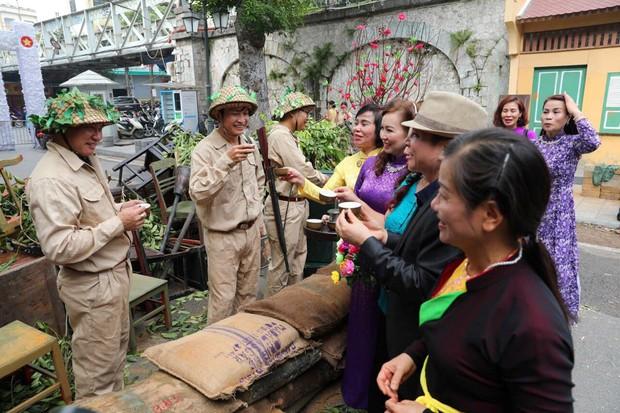 Tái hiện thời khắc đón đoàn quân chiến thắng trở về Hà Nội 65 năm trước - Ảnh 12.