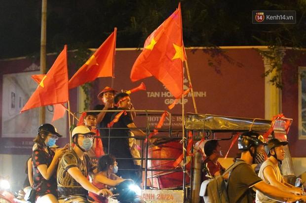 Hàng ngàn CĐV đổ ra đường hò reo, ăn mừng chiến thắng đầu tiên của ĐT Việt Nam tại vòng loại World Cup 2022 - Ảnh 5.