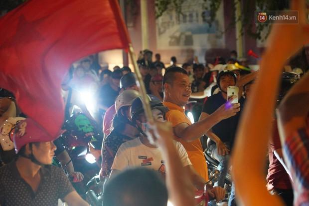 Hàng ngàn CĐV đổ ra đường hò reo, ăn mừng chiến thắng đầu tiên của ĐT Việt Nam tại vòng loại World Cup 2022 - Ảnh 18.