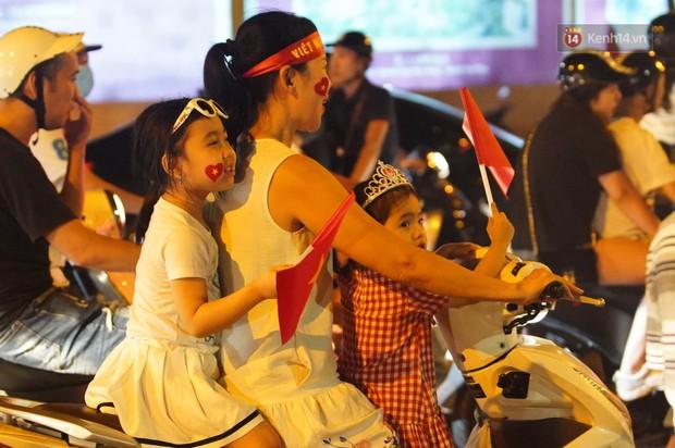 Hàng ngàn CĐV đổ ra đường hò reo, ăn mừng chiến thắng đầu tiên của ĐT Việt Nam tại vòng loại World Cup 2022 - Ảnh 7.