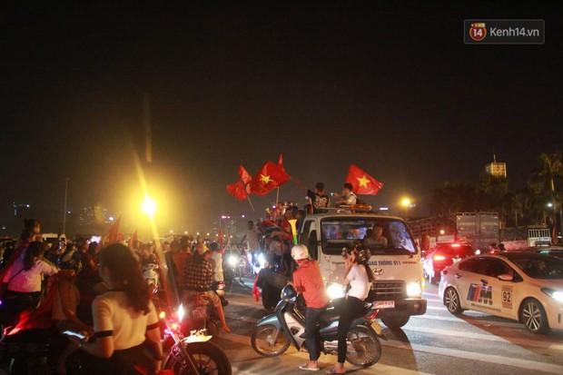 Hàng ngàn CĐV đổ ra đường hò reo, ăn mừng chiến thắng đầu tiên của ĐT Việt Nam tại vòng loại World Cup 2022 - Ảnh 14.