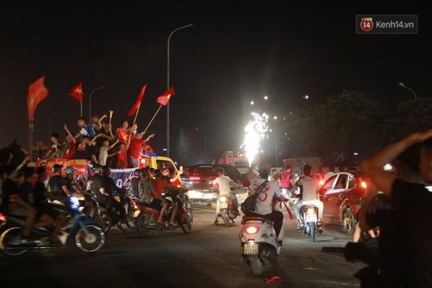 Hàng ngàn CĐV đổ ra đường hò reo, ăn mừng chiến thắng đầu tiên của ĐT Việt Nam tại vòng loại World Cup 2022 - Ảnh 15.