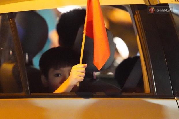 Hàng ngàn CĐV đổ ra đường hò reo, ăn mừng chiến thắng đầu tiên của ĐT Việt Nam tại vòng loại World Cup 2022 - Ảnh 8.