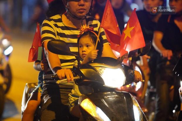 Hàng ngàn CĐV đổ ra đường hò reo, ăn mừng chiến thắng đầu tiên của ĐT Việt Nam tại vòng loại World Cup 2022 - Ảnh 19.