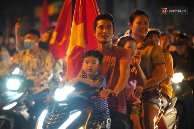 Hàng ngàn CĐV đổ ra đường hò reo, ăn mừng chiến thắng đầu tiên của ĐT Việt Nam tại vòng loại World Cup 2022 - Ảnh 17.