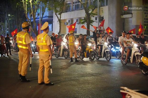 Hàng ngàn CĐV đổ ra đường hò reo, ăn mừng chiến thắng đầu tiên của ĐT Việt Nam tại vòng loại World Cup 2022 - Ảnh 23.