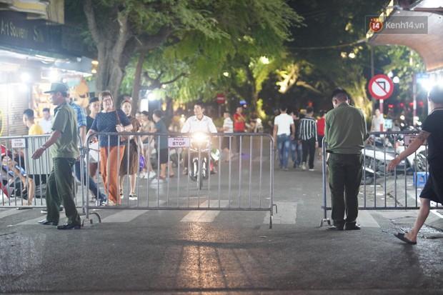 Hàng ngàn CĐV đổ ra đường hò reo, ăn mừng chiến thắng đầu tiên của ĐT Việt Nam tại vòng loại World Cup 2022 - Ảnh 2.