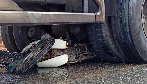 Cụ bà 69 tuổi chạy xe máy chết thảm dưới gầm xe tải - Ảnh 5.