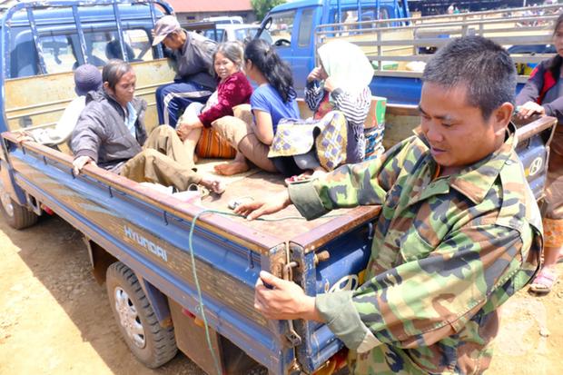 Hình ảnh xúc động tại Lào: Con trai út cõng cha già 77 tuổi bị liệt vượt hàng chục cây số đến nhờ bác sĩ Việt chữa trị - Ảnh 2.