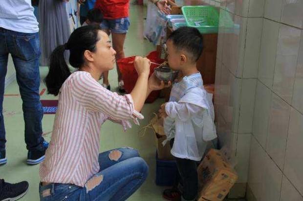Con trai 4 tuổi đi học mẫu giáo bị sụt 3kg sau nửa tháng, mẹ tức giận hỏi tội cô giáo nhưng lại bẽ mặt vì lý do - Ảnh 2.