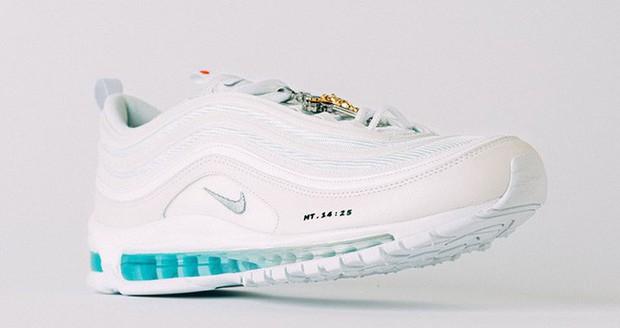 Nike tung mẫu giày được quảng cáo có chứa Nước Thánh với giá 70 triệu/đôi và bán hết veo chỉ trong vài phút - Ảnh 2.