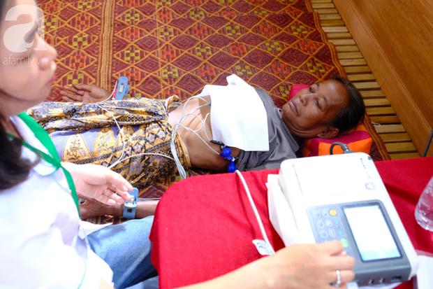 Hình ảnh xúc động tại Lào: Con trai út cõng cha già 77 tuổi bị liệt vượt hàng chục cây số đến nhờ bác sĩ Việt chữa trị - Ảnh 12.